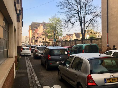 embouteillages devant l'école Camille Hirtz